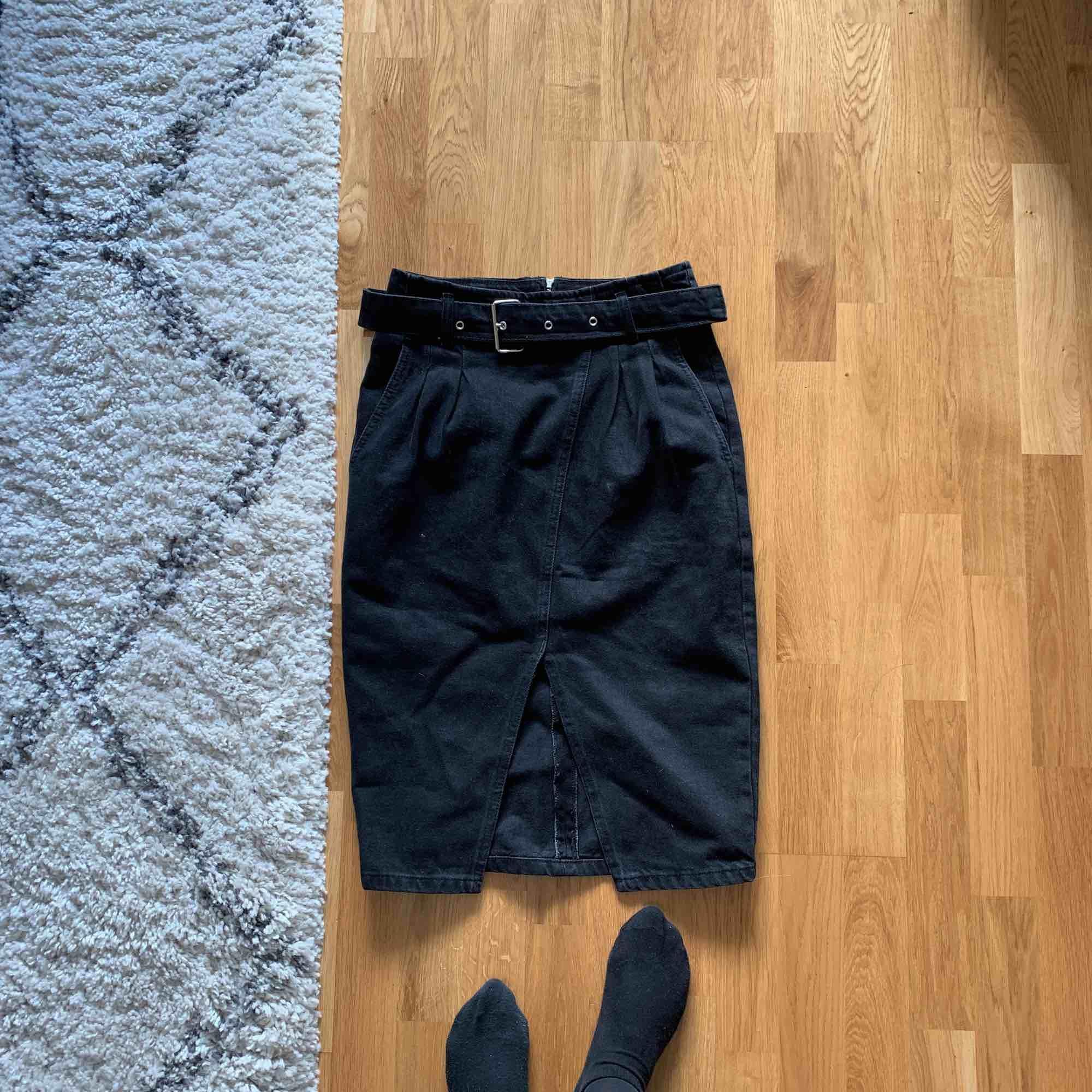Helt ny kjol från Chiquelle!! Säljer för den var för stor för mig i midjan å skulle därför säga att den är en stor 36 nästan upp mot 38 i storlek. Annars superfin! Kostar 399 på deras hemsida, jag säljer för 100 kr + frakt 💜. Kjolar.