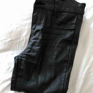 Vaxade byxor från new yorker i storlek XS men passar både XS/S jättebra. Dom är i ett använt skick därav det låga priset. Köparen står för frakten.