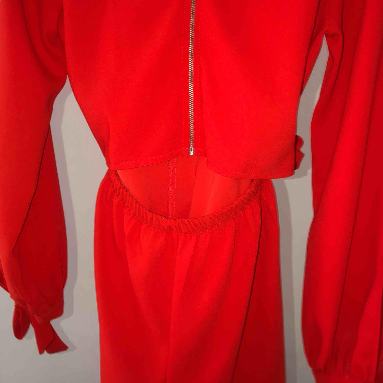 Frakt ingår! jumpsuit från chiquelle. Använd en gång, i toppskick! Nypris 500. Storlek L men sitter mer som än M. Klänningar.