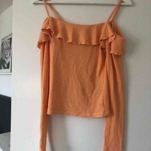 Säljer en of shoulder tröja med en söt volang runt. Den är som ny. Köparen står för frakten!