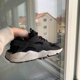 Svarta Nike Huaraches i strl 38. Använda ett fåtal gånger. Säljer pga för små.