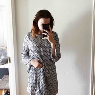 Jättefin somrig klänning som man kan ha när man går till stranden🌴🌴nästintill aldrig använd. Öppen rygg och knytsnören bak i nacken