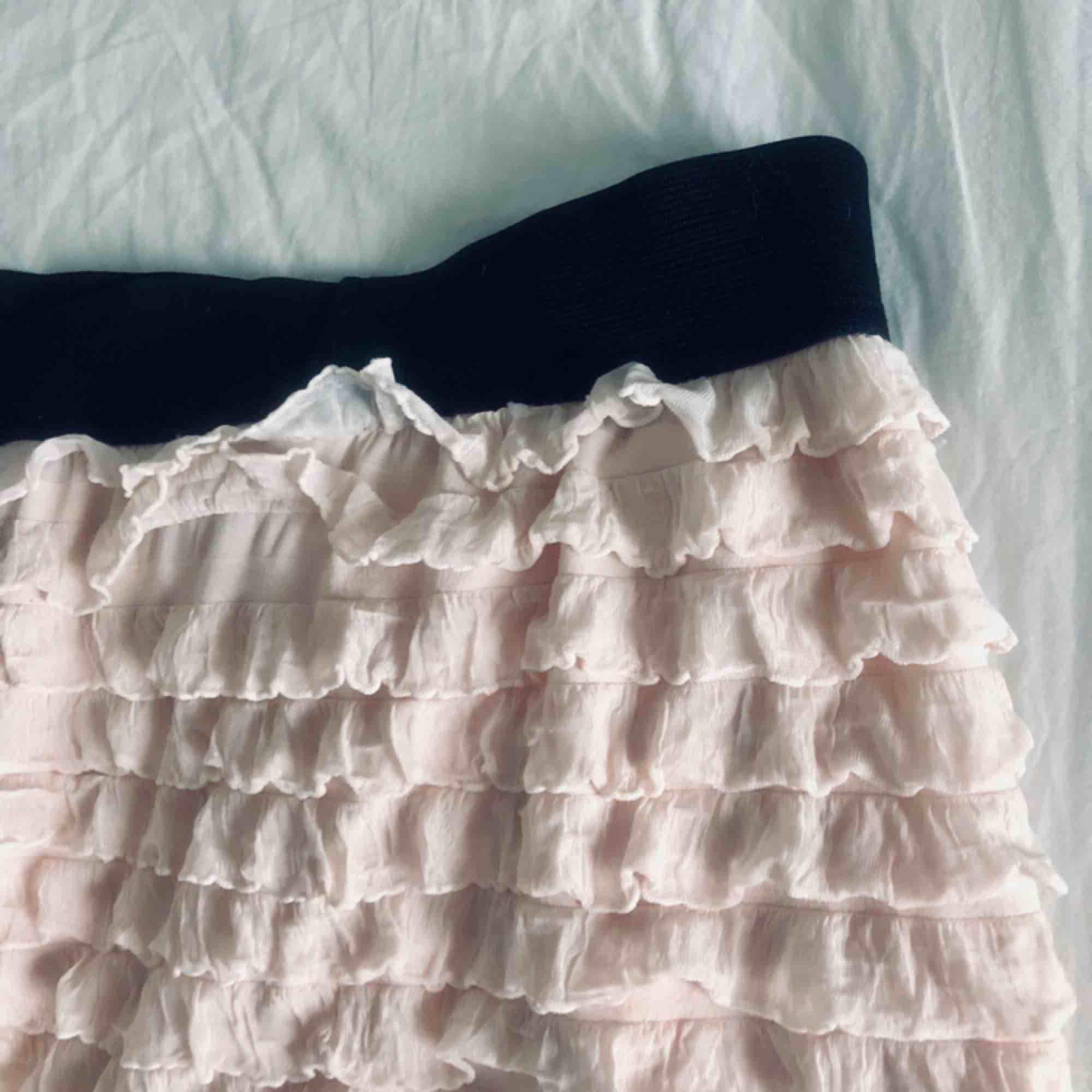 Nypris: 500kr Supersnygg kjol i en ljusrosa/beige färg! Använd 2 gånger. Liten i storlek, passar även m och i vissa fall s! Köparen står för frakt. Kjolar.