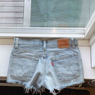 Blå Levis shorts i storlek w26. Använda ett fåtal gånger.