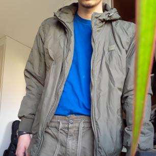 Grön urbanista jacka. Tunn vår jacka. Klarar av hösten, vinter behövs en lite tjockare tröja under.