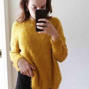 Fluffig tröja i en senapsgul färg. Perfekt till hösten som kommer och är extremt mysig och skön att ha på sig💛 knappt använd
