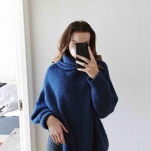 Stor blå stickad tröja med högkrage. Ganska lång. Denna är jätteskön att ha på sig när det är lite kallt då den är så stor och mysig. Använd ganska många gånger men fortfarande hel💙