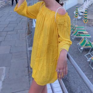 Urgullig gul 🐣 off-shoulder klänning från Zara. Perfekt till sommaren, luftig och skön! Använd ett par gånger av mig, men hittar inget att anmärka på i skicket. Hämtas i Stockholm eller postas mot porto (36kr) ✨