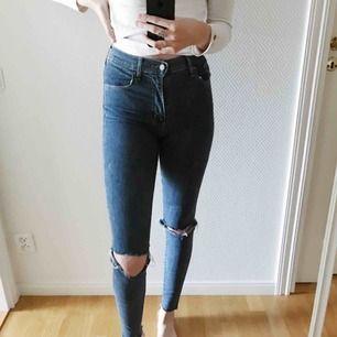 """Levis- """"Mile high super skinny"""". Dessa jeans är så otroligt sköna då de är väldigt stretchiga. Har själv klippt hål i de samt klippt av där nere för att de skulle se slitna ut. Jättesnygga verkligen!💙"""