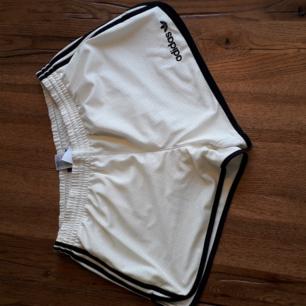 Adidas shorts. Tre sträcken.