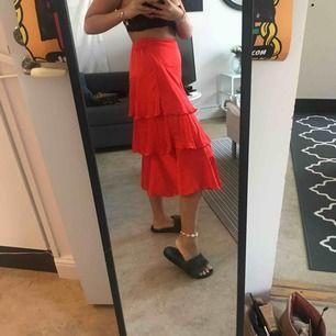 Jättefin röd kjol! Passar nog XS också!