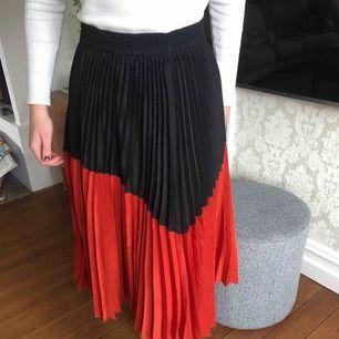 Hej! Säljer en jätte fin röd svart lång plisserad kjol ifrån zara😍😍