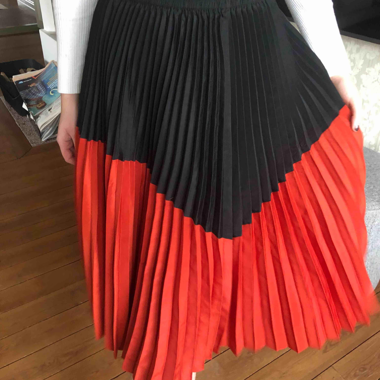 Hej! Säljer en jätte fin röd svart lång plisserad kjol ifrån zara😍😍. Kjolar.