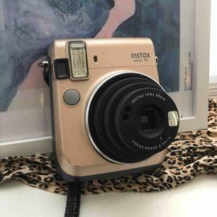 Fujifilm Instax Mini 70 Guld!!!! Precis som ny! Använder aldrig längre, men blir jättebra bilder! Skickar även med den film jag hittar hemma. Frakt är inkl i priset.