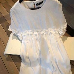Hej! Säljer en jätte söt vit jumpsuitkläning ifrån zara! Perfekt till skolavslutning eller sommar kvällar🤤
