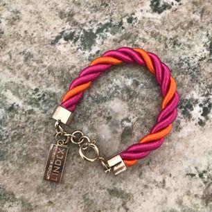Supersnyggt armband av Matthew Williamson för Lindex. Aldrig använt. 💘
