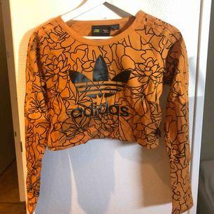 Croppad topp från Adidas, storlek small🌸 Kan mötas i Karlstad annars står köparen för frakten! 🌸