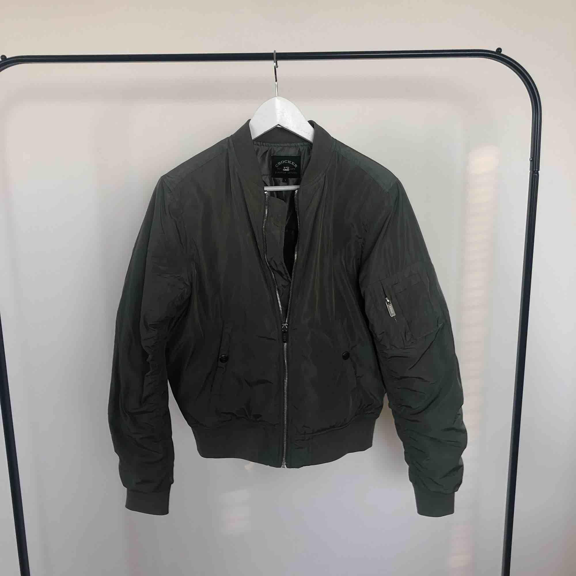 Crocker Bomber Jacka  Original pris 800kr  Militär grön / Mörk grön / Grön  Aldrig eller knappt använd ✨. Jackor.