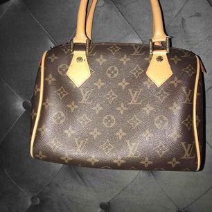 Louis Vuitton väska säljs pga den aldrig kommer till användning. Finns gott om utrymme inuti med 1 fack. ( FAKE vad jag tror ) frakt ingår :))