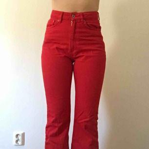 Röda lite utsvängda jeans med hög midja från hm. Sparsamt använda. Jag kan mötas upp eller posta! Vid postning står köparen för frakt!