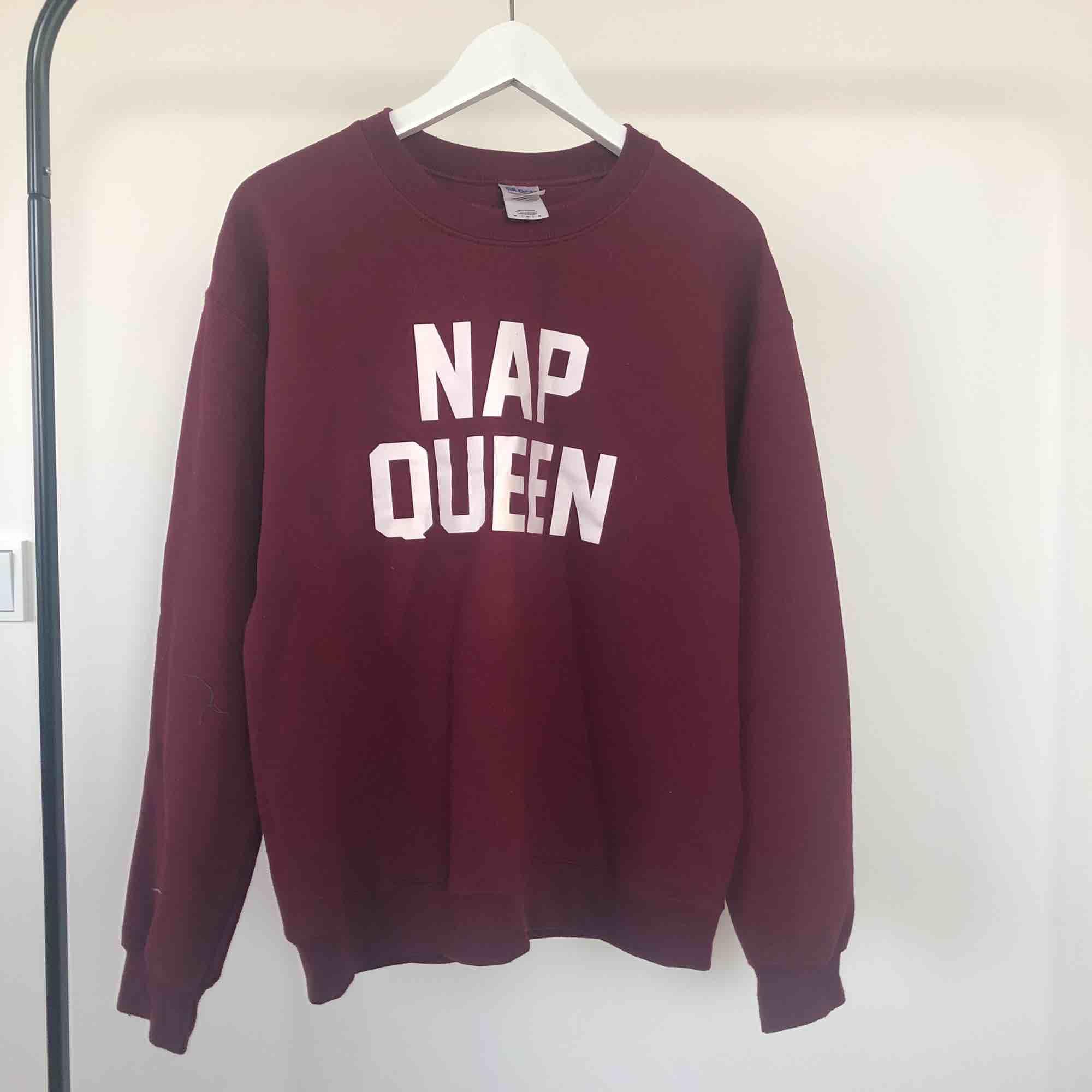 Nap Queen Sweatshirt || Original pris 350 kr ||  Färg: burgandy || Oversized i storleken (själv är storlek S och passar bra), men jätte skön och mjuk || Knappt använd ✨. Huvtröjor & Träningströjor.
