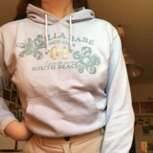 Säljer denna ljusblå hoodien, egentligen barnstorlek men passar xs och small. Det finns en fläck på framsidan som syns på bild tre.