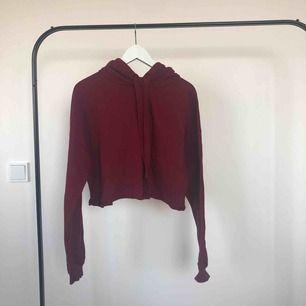 Croptop Hoodie från Bershka || Färg: burgundy || Jätte fin croptop hoodie, mjuk på insidan || Knappt använd ✨