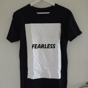 Svart T-shirt med tryck i storlek S (unisex). Använd bara en gång så. Mycket bra skick!