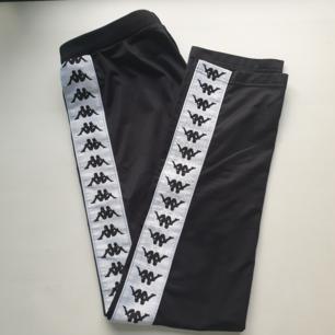 Svarta Kappa byxor utan knappar i storlek XS köpta från Urban Outfiters. Endast använda 2-3 ggr pga fel storlek därför i mycket bra skick. Orginalpris 700 kr. Möts upp i Stockholm, betalning swish eller kontanter.