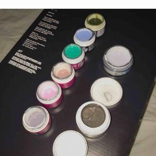 """9 st geler/gellack: Pureline white 15 g Color gel 15 g Gellack peach Color gel 6 st 5 g , De är avtorkade (därför har de försvunnit text på utsidan) De """"flesta"""" är endast testade så mycket kvar i dem."""