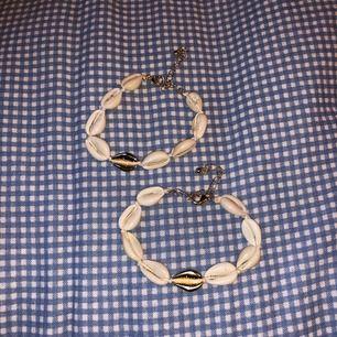 2 stycken armband/fotlänkar med snäckor. En guldig snäcka samt guldig kedja att knäppa med. Båda för 80kr eller en för 50kr