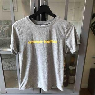 En mycket lite använd t-shirt med tryck. Storlek small.