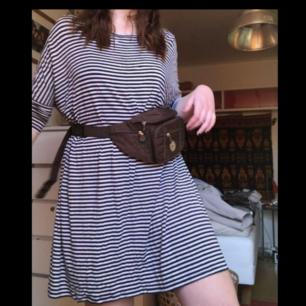 Säljer denna randiga tshirt-klänningen från Monki! Utan väska är den rak i modellen!
