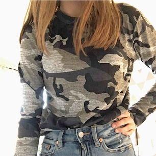 Camouflage tröja ifrån madlady. Har aldrig använt mer än att ta dessa bilder med. Väldigt fint skick och bra kvalité. Går att förhandla priset vid intresse💫🎀 Kan mötas i Örebro eller frakta, kunden står för frakt!