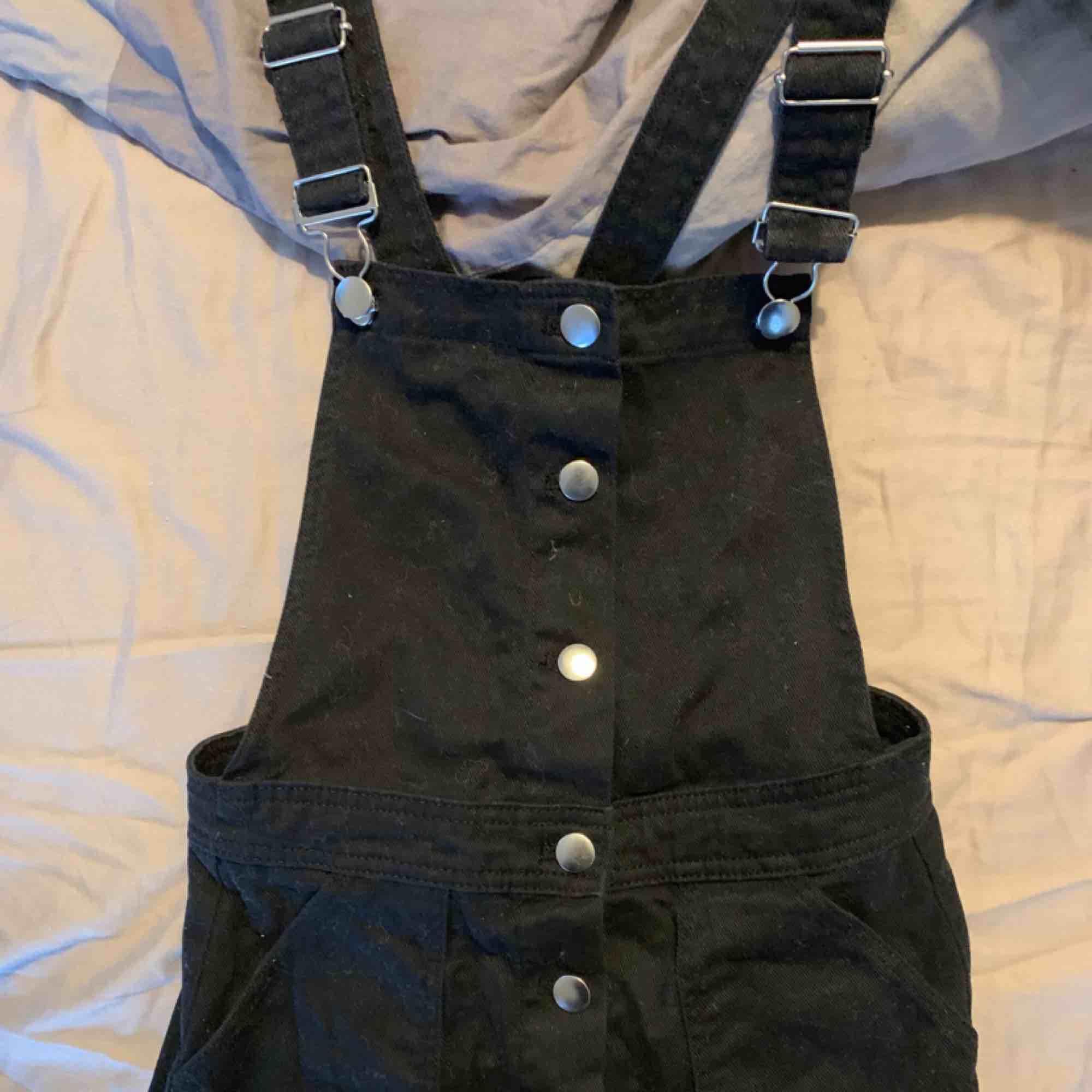 Säljes på grund av att den är för kort för mig. Är 175 cm lång! Superfin figurformad jeansklänning. Har fickor, knappar och justerbara band. Säljer för 100 kr + frakt.💘. Klänningar.