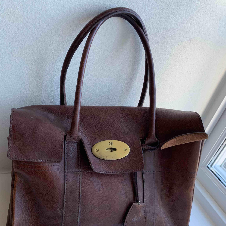 Mulberry AAA kopia, lite sliten & trasig (se bild 3) men äkta skinn & man kan fräscha upp den med läderolja. Säljaren betalar frakten.. Väskor.