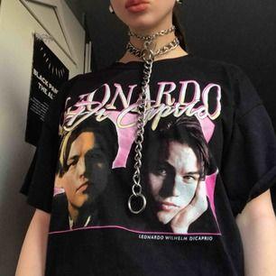 Leonardo Dicaprio T-shirt strl L, använd ett fåtal ggr så riktigt fräscht skick! Hmu om du är intresserad! Frakt tillkommer!