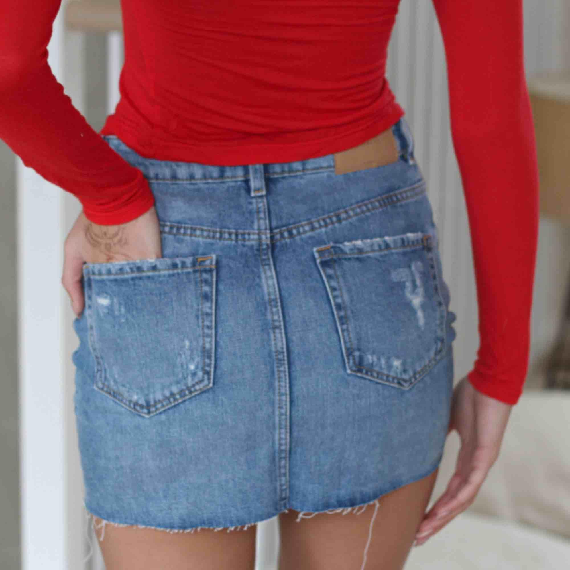 så fin jeanskjol!!😍🌸 Storlek xs passar s. Kjolar.