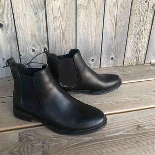 Svarta, fake skinn boots med låg klack. Strl 37 säljer pga att dom kommer tyvär aldrig till användning. Kontackta gärna om fler bilder eller intresse