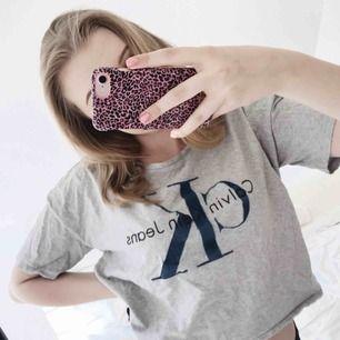 Snygg Calvin Klein t-shirt i kortare modell. Använd endast ca 5ggr. Nypris 499kr, frakt tillkommer🌸