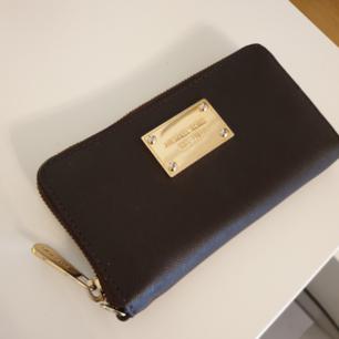 Supersnygg plånbok från Michael Kors.Knappt använd så den är som ny. Såklart är den äkta.