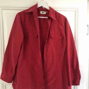 Röd skjorta som går mot rosa. Stor oversize för en medium - och largeperson  Skickas mot frakt, alternativt mötas upp i Uppsala