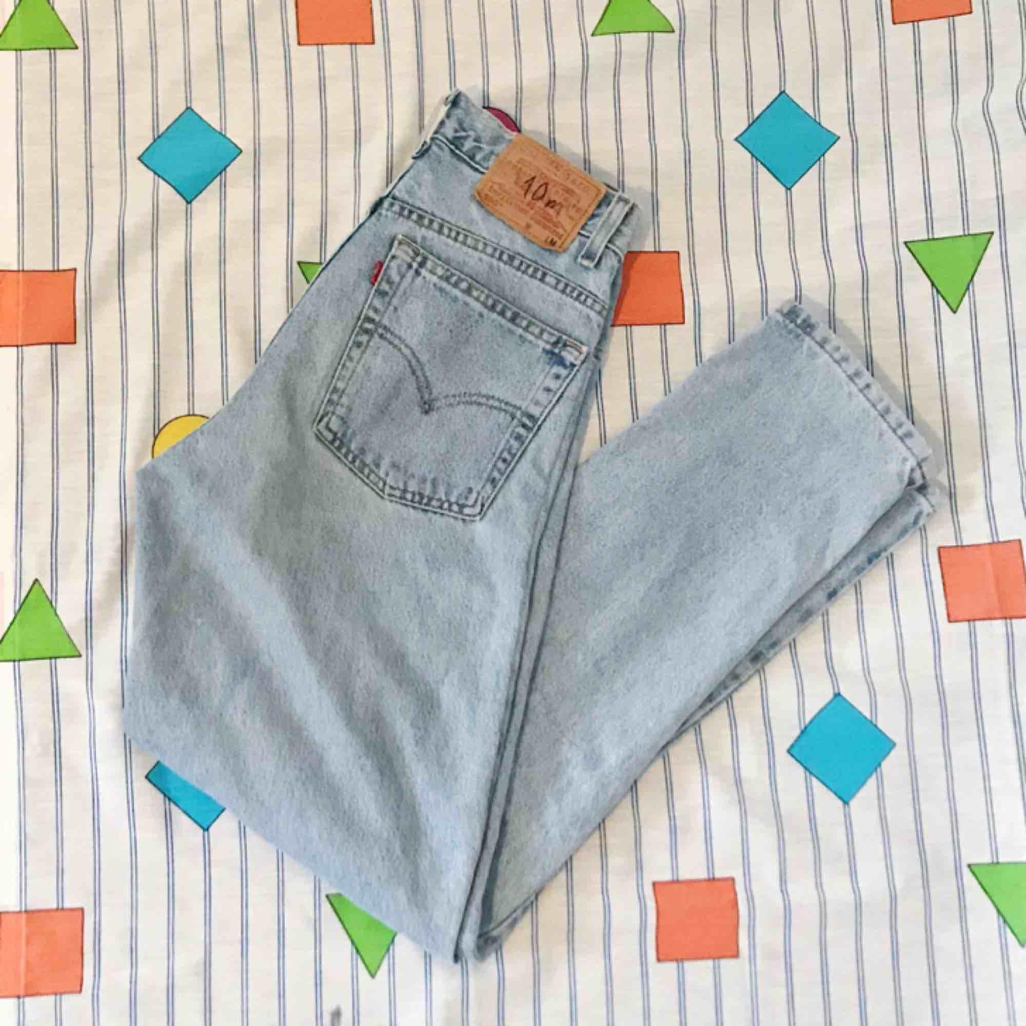 Supersnygga ♻️vintage♻️ Levi's jeans i en somrig ljusblå färg 💙 De är i fint skick (patchade) 😍 Kan stajlas med Buffalos och en oversized windbreaker 👌 Frakten ligger på 54kr 📨 omsydda av förra ägaren. Om du har några frågor är det bara att fråga ❓. Jeans & Byxor.