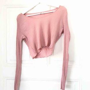 """Kort """"smutsrosa"""" ribbad tröja från Nelly. Använd en gång!   Skickas mot frakt, alternativt mötas upp i Uppsala"""