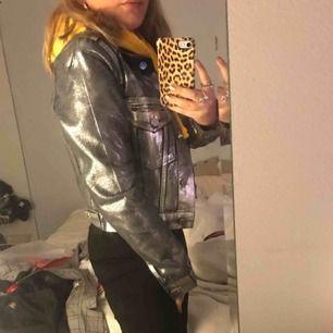 Jacka från Gina tricots kollektion med icona pop jackan är slut i butik / online