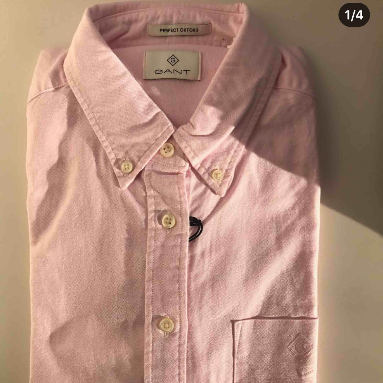 Helt ny skjorta från Gant, säljes då den aldrig kommit till användning. . Huvtröjor & Träningströjor.