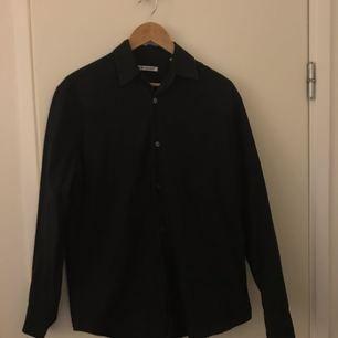 Säljer en svart skjorta från Our Legacy. Köpt ny för 1400kr. Säljer för 700kr. Storlek XS/44 men sitter som en medium.  Fri frakt