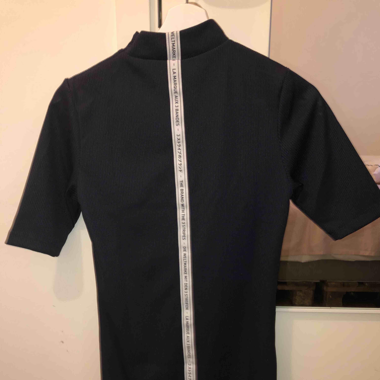 Knälång marinblå/svart klänning från Adidas, säljes pga av att jag knappt har använt den. Köpt från Adidas.com, nypriset var 499kr . Klänningar.