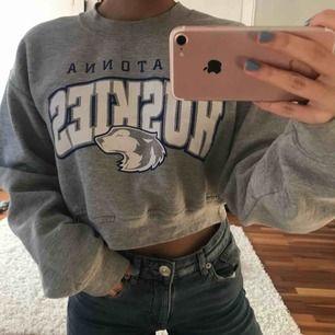 Skitsnygg cropad sweatshirt från beyond retro. I storlek XS och köpt för 350kr. Använd ett fåtal gånger och plagget är i bra skick! För bilder/frågor skriv en kommentar eller skicka meddelande.