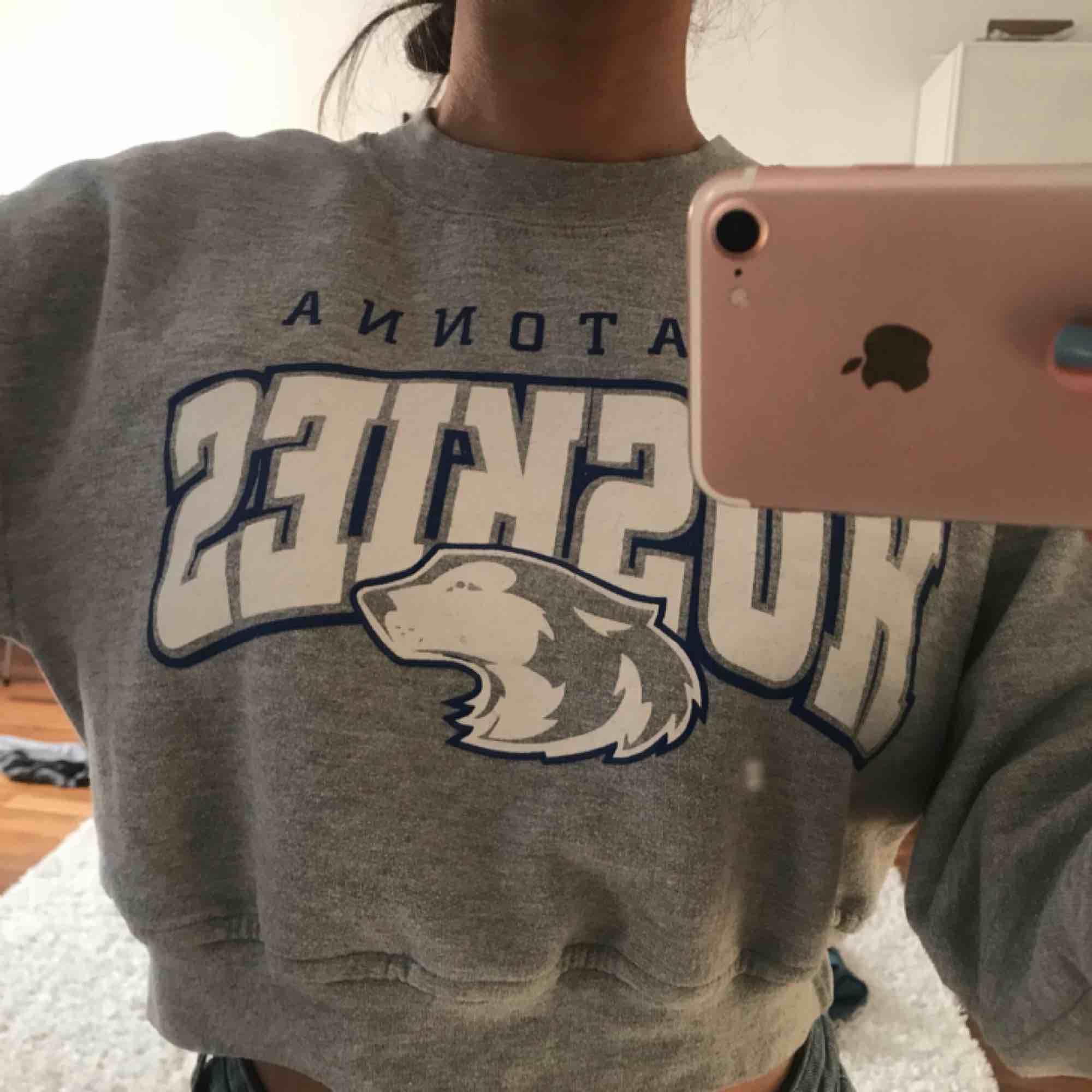 Skitsnygg cropad sweatshirt från beyond retro. I storlek XS och köpt för 350kr. Använd ett fåtal gånger och plagget är i bra skick! För bilder/frågor skriv en kommentar eller skicka meddelande. . Huvtröjor & Träningströjor.